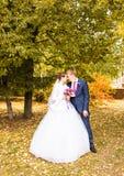 Marié et jeune mariée en parc d'automne Image stock
