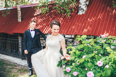 Marié et jeune mariée ensemble Accouplez étreindre Jour du mariage Belle jeune mariée et marié élégant marchant après cérémonie d Photos libres de droits