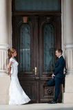 Marié et jeune mariée face à face Photos libres de droits