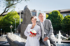 Marié et jeune mariée près de la fontaine photographie stock