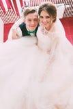 Marié et jeune mariée riant dans la salle de bains Photographie stock