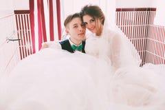 Marié et jeune mariée se situant dans la salle de bains Images stock