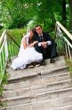 Marié et jeune mariée. Sentiment de tendresse d'amour des couples de mariage Images libres de droits
