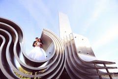 marié et jeune mariée sur la construction architecturale Photos libres de droits