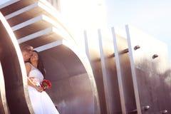 marié et jeune mariée sur la construction architecturale Images stock
