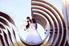 marié et jeune mariée sur la construction architecturale Photographie stock libre de droits
