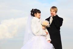 Marié et mariée avec l'étreinte de bouquet à l'hiver Images libres de droits