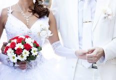 Marié gardant la main de mariée Image libre de droits