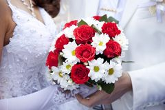 Marié gardant la main de mariée Photographie stock