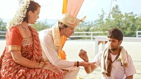 Marié Get Acquainted de jeune mariée avec des particularités de cérémonie dans l'Inde banque de vidéos