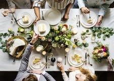 Marié Handing Cake aux amis sur la réception de mariage Image libre de droits