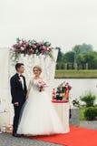 Marié heureux beau et belle jeune mariée blonde dans la robe blanche a Image libre de droits