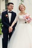 Marié heureux beau et belle jeune mariée blonde dans la robe blanche a Image stock