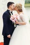 Marié heureux beau et belle jeune mariée blonde dans la robe blanche k Image libre de droits