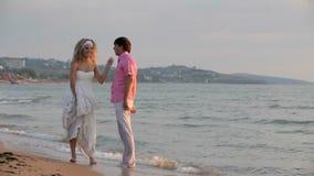 Marié Holds The Bride clips vidéos