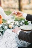 Marié jugeant sa main de jeune mariée en gros plan Photo libre de droits