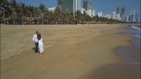 Marié Kiss de jeune mariée et promenade le long de plage de station touristique banque de vidéos