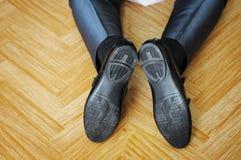 Marié noir de chaussures sur ses genoux Photo libre de droits