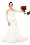 Marié présent de belles roses d'amour de jeune mariée Photos libres de droits