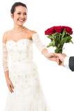 Marié présent de belles roses d'amour de jeune mariée Images stock