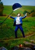Marié puissant dans la pose de héros d'action sous une lumière de stroboscope Photos stock