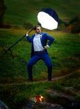 Marié puissant dans la pose de héros d'action sous une lumière de stroboscope Photographie stock libre de droits
