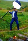 Marié puissant dans la pose de héros d'action sous une lumière de stroboscope Photographie stock