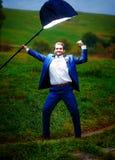 Marié puissant dans la pose de héros d'action sous une lumière de stroboscope Image libre de droits