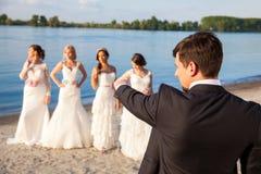 Marié sélectionnant une jeune mariée images stock