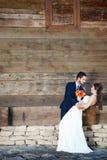 Marié tenant doucement la jeune mariée Photographie stock