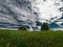 Marié tenant la danse de jeune mariée en belle nature photos stock