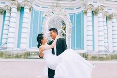 Marié tenant la jeune mariée Photo stock