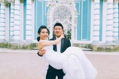 Marié tenant la jeune mariée Photo libre de droits
