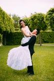 Marié tenant la jeune mariée Image libre de droits