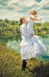 Marié tenant sa jeune mariée Image libre de droits