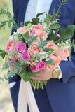 Marié tenant un beau bouquet nuptiale Bouquet de mariage des roses de pêche par David Austin, aqua tête simple de rose de rose, e Image libre de droits