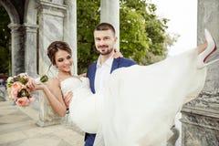 Marié tenant une jeune mariée Image libre de droits