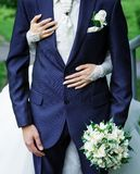 Mariée étreignant le marié Images stock