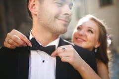 Mariée étreignant le marié Photos stock