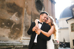 Mariée étreignant le marié Photographie stock