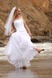 Mariée assez blonde le long de l'océan Image libre de droits