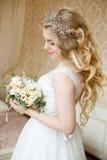 Mariée assez jeune Matin de boudoir de la jeune mariée Photo libre de droits