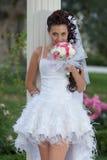 Mariée attirante en stationnement Image libre de droits