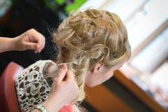 Mariée au coiffeur Images stock