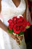 Mariée avec des boucles de mariage dans le bouquet rouge Images libres de droits