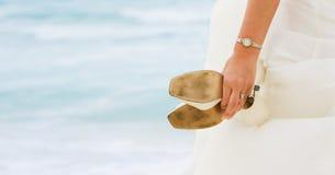 Mariée avec des chaussures dans des mains Photographie stock libre de droits