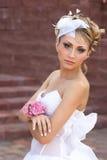 Mariée avec des fleurs à disposition Photos libres de droits