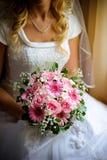 Mariée avec des fleurs. Photographie stock libre de droits