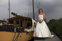 Mariée avec des nuages noirs image libre de droits