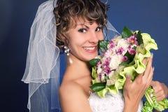 Mariée avec du charme avec son bouquet de mariage Photographie stock libre de droits